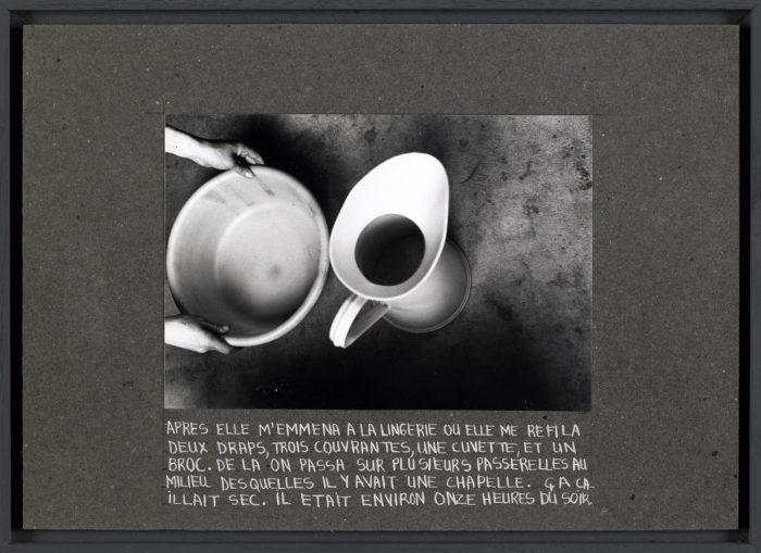 Nil Yalter La Roquette, Prison for Woman, 1974 (Detail) 16 Collagen: Schwarz-Weiß-Fotografie und Farbstift auf Karton; 16 Zeichnungen: Farbstift auf Karton; Ringordner mit 56 Schwarz-Weiß-Fotografien und Text; Video (mit Judy Blum und Nicole Croiset) Detail: Fotografie und Farbstift auf Papier 22,5 x 31,5 cm Centre national des arts plastiques, Paris © Nil Yalter Foto: Cnap/Yves Chenot