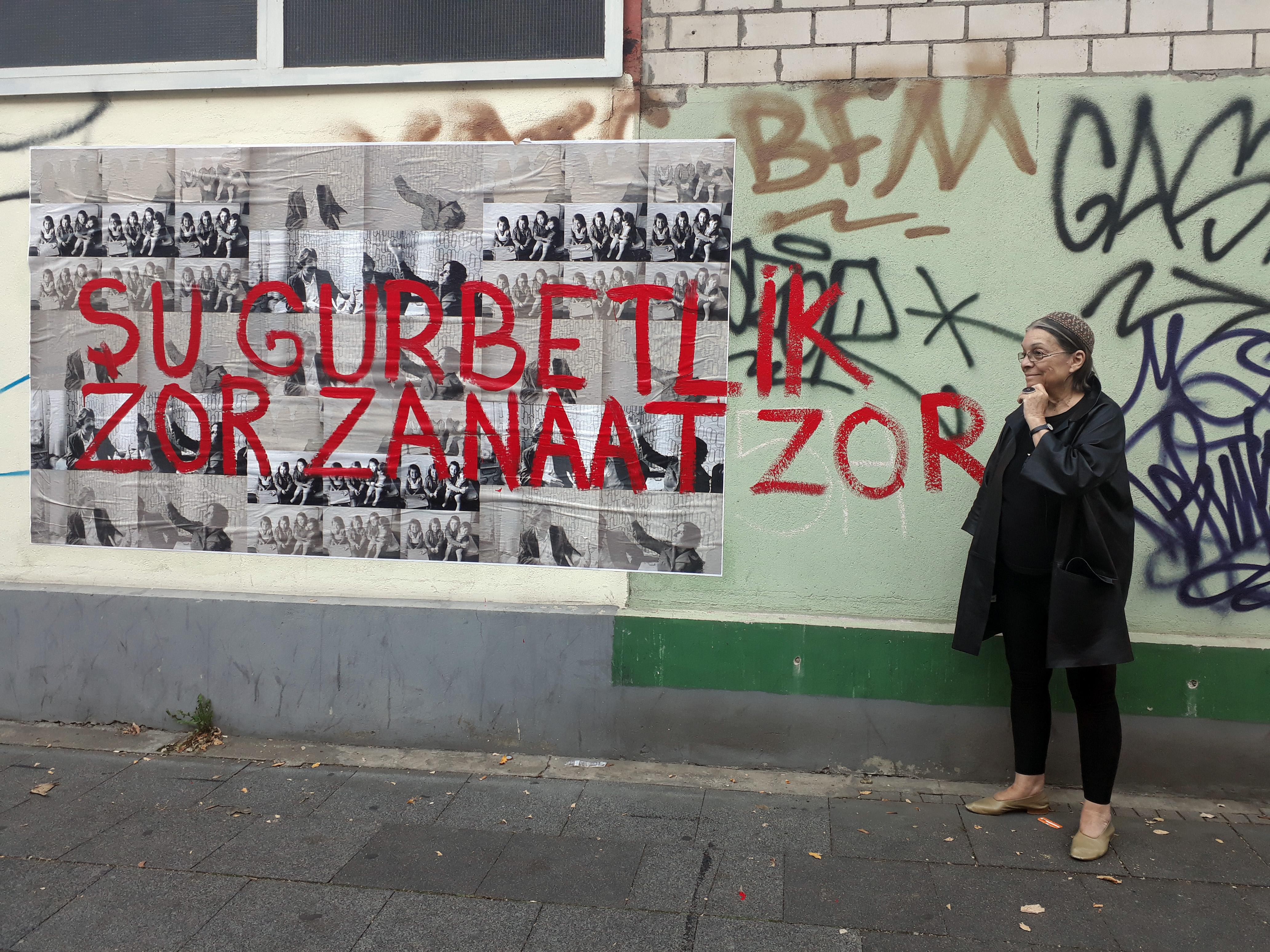 Nil Yalter Exile Is a Hard Job / Walls, 2018 Acryl auf Offset-Druck im öffentlichen Raum Wetzlarer Straße, Köln, Kalk © Nil Yalter Foto: Estelle Vallender
