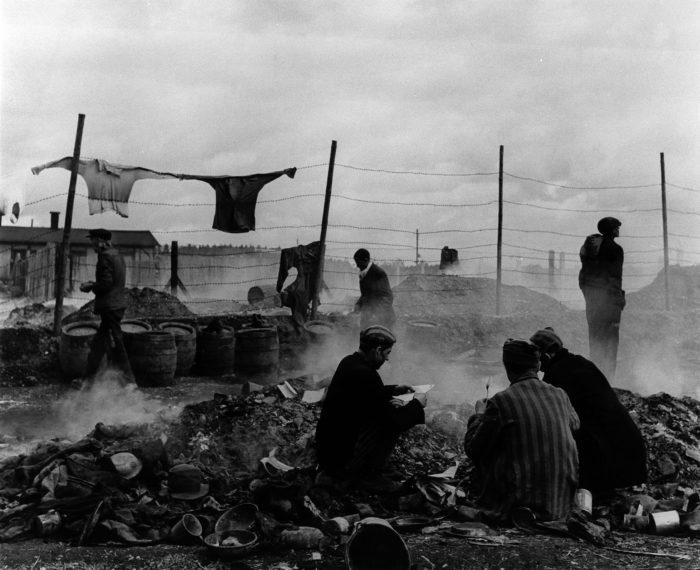 Lee MillerBefreite Gefangene durchwühlen einen Müllhaufen; Dachau, Deutschland, 1945Silbergelatineabzug29,8 x 39,2 cm© Lee Miller Archives
