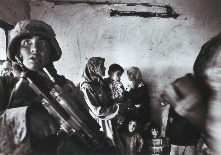 Anja NiedringhausAmerikanische Marineinfanteristen führen eine Razzia im Haus eines irakischen Abgeordneten im Stadtteil Abu Ghraib durch; Bagdad, Irak, November 2004Pigmentdruck auf Barytpapier29,7 x 42 cmKunstpalast © picture alliance / AP Images